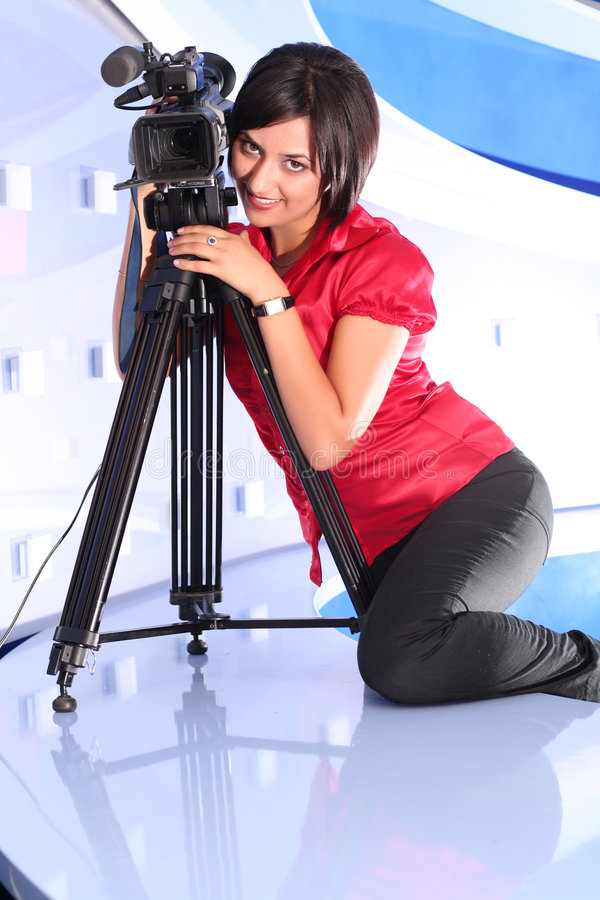 Repórter da tevê no estúdio fotos de stock