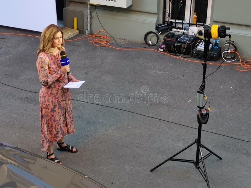 Repórter da transmissão viva de ProTv em Alliance 2020 matrizes de USR-PLUS em Bucareste o 26 de maio de 2019 fotografia de stock royalty free