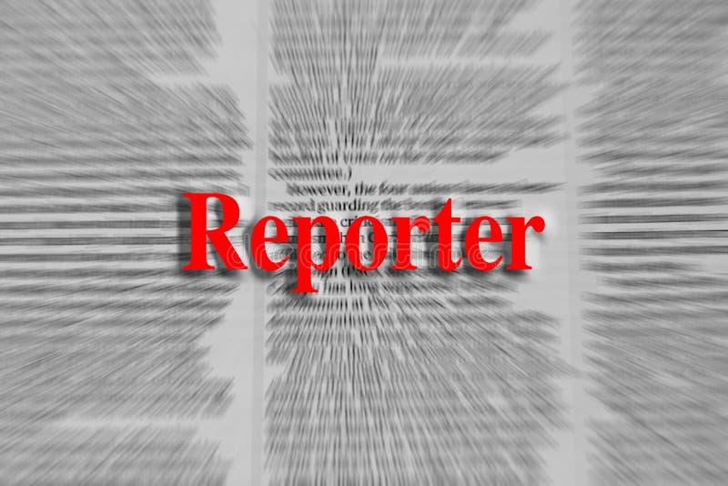 Repórter escrito no vermelho com um artigo de jornal borrado fotografia de stock royalty free