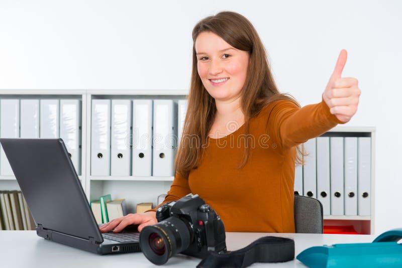 Repórter fêmea novo fotografia de stock