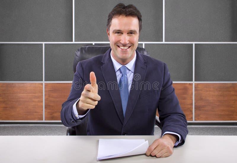 Repórter na sala de notícia imagens de stock royalty free