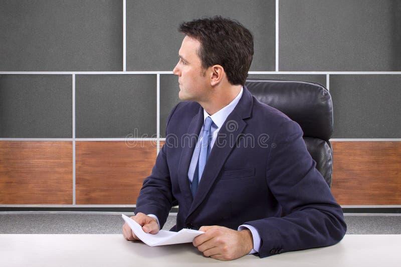 Repórter na sala de notícia imagem de stock