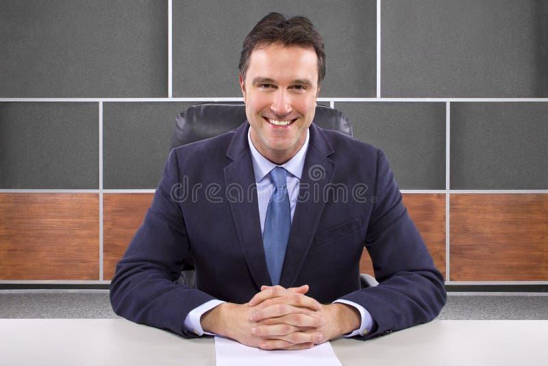 Repórter na sala de notícia fotografia de stock