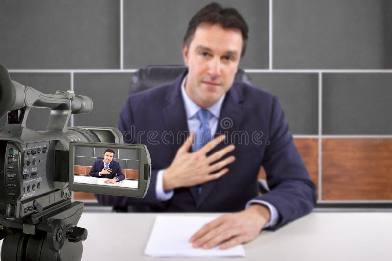 Repórter na sala de notícia imagens de stock