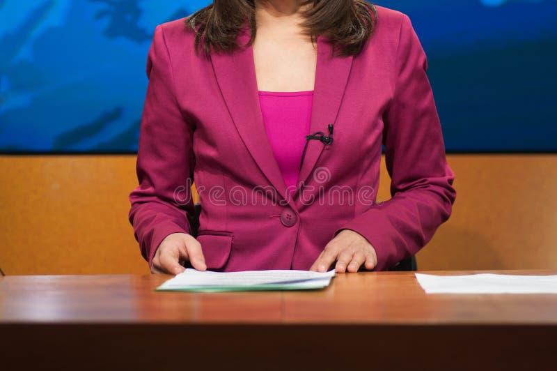Repórter que apresenta a notícia fotos de stock