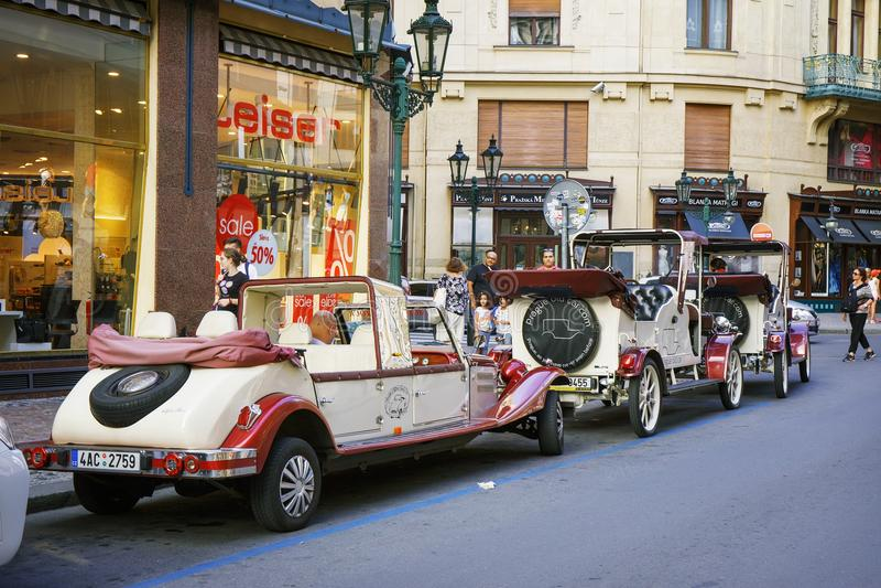 República Checa de Praga 2 de agosto 2017: coches retros rodantes en las calles de Praga imagen de archivo