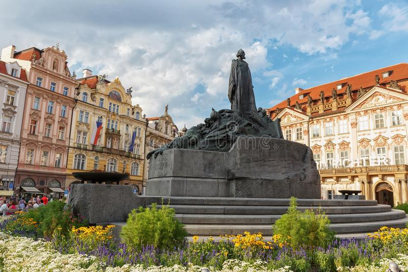 República Checa de Praga 2 de agosto 2017: Vieja plaza Monumento a Jan Hus fotos de archivo
