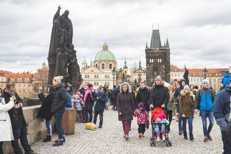 República Checa de Praga, Bohemia - diciembre de 2018: Turistas en el puente de Charles imágenes de archivo libres de regalías