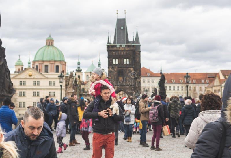 República Checa de Praga, Bohemia - diciembre de 2018: Turistas en el puente de Charles imagenes de archivo