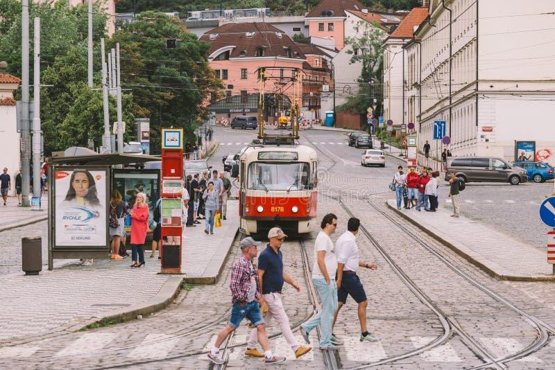 República Checa de Praga - 25 de julio de 2017: Tranvías rojas en las calles antiguas de Praga, la capital de la República Checa  imagen de archivo