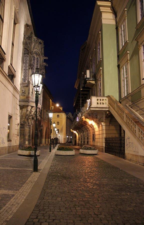República Checa, Praga, calle de la noche imagen de archivo
