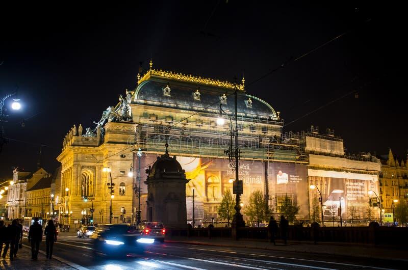 República Checa Praga 11 04 2014: Calle en ciudad del capitol en la noche foto de archivo libre de regalías
