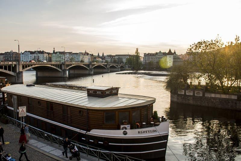 República Checa Praga 11 04 Hotel 2014 y restaurante del barco de Klotylda, situados en el río de Moldava en el centro de ciudad  foto de archivo libre de regalías