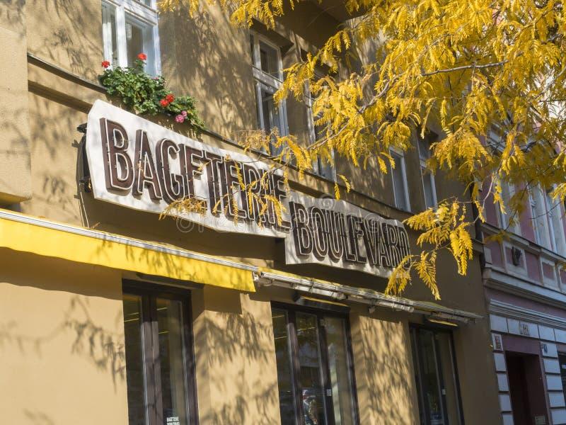 República Checa, Praga, Karlin, o 18 de outubro de 2018: Sinal da loja do sanduíche do bulevar de Bageterie na fachada velha da c imagem de stock