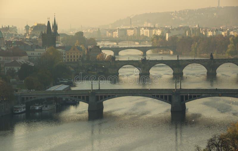 República Checa - Praga - os bidges famosos que incluem Charles sobre o rio bonito de Vltava fotografia de stock