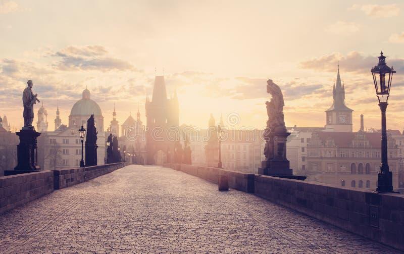 República checa Praga, ponte de Charles no alvorecer Curso de Praga foto de stock royalty free
