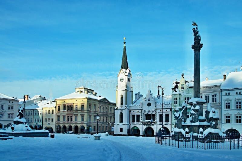 República-cuadrado checo en la ciudad Trutnov en invierno fotografía de archivo