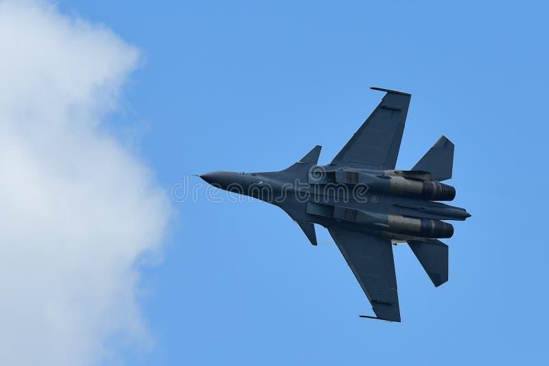 República da força aérea F15-SG de Singapura que executa acrobacias Singapura Airshow no 16 de fevereiro de 2016 fotos de stock royalty free