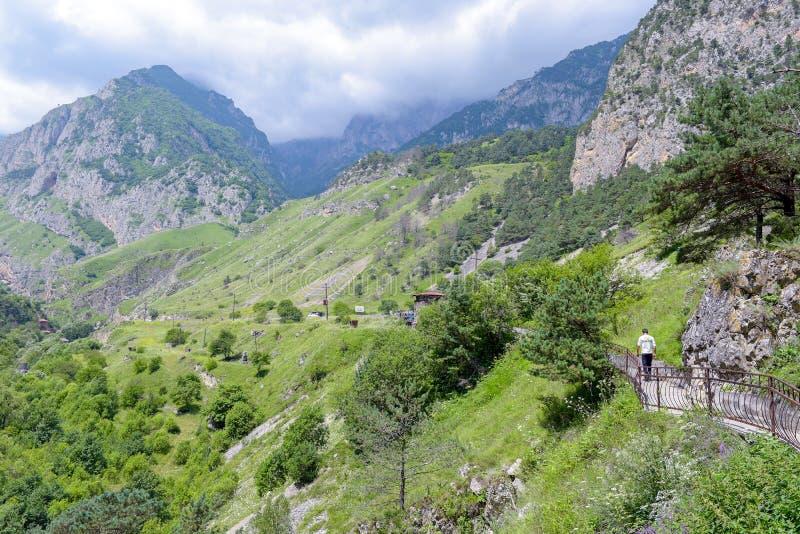 República de Ossetia del norte, Alania, Rusia - 17 de julio de 2017: Mountain View de la garganta de Alagir foto de archivo libre de regalías