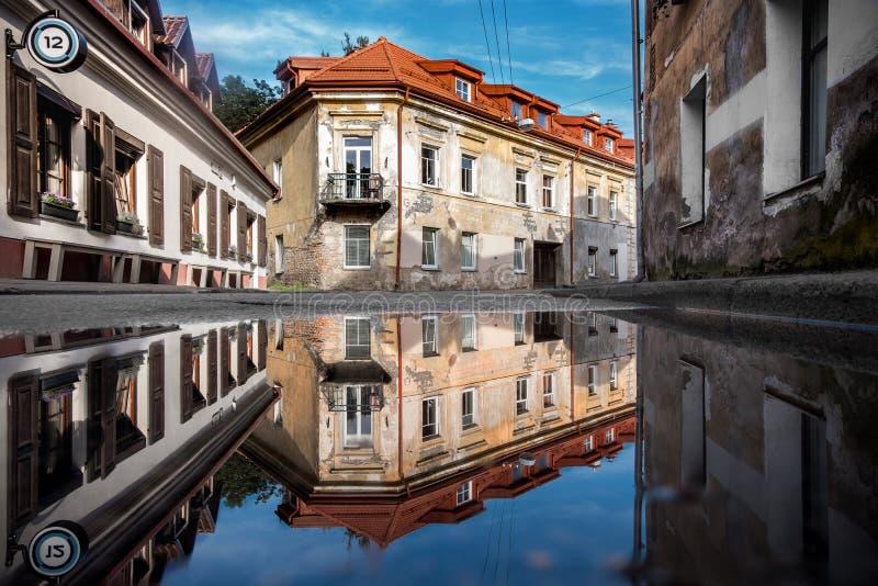 República de Vilnius Uzupis Um do lugar sightseeing o mais popular em Lituânia Construções velhas e reflexão na água Vilnius Ol imagens de stock royalty free