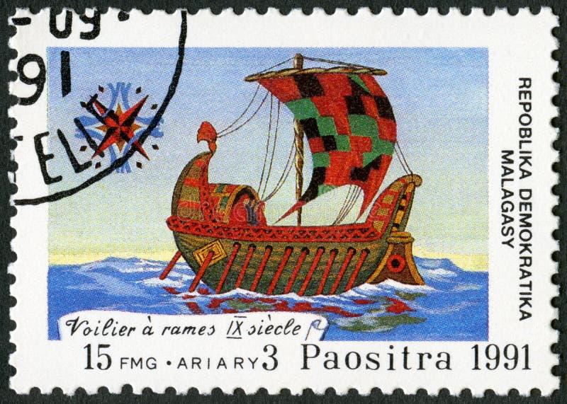 REPÚBLICA MALGAXE - 1991: devotado ao 500th aniversário da descoberta de América, as mostras enviam, século IX imagem de stock royalty free