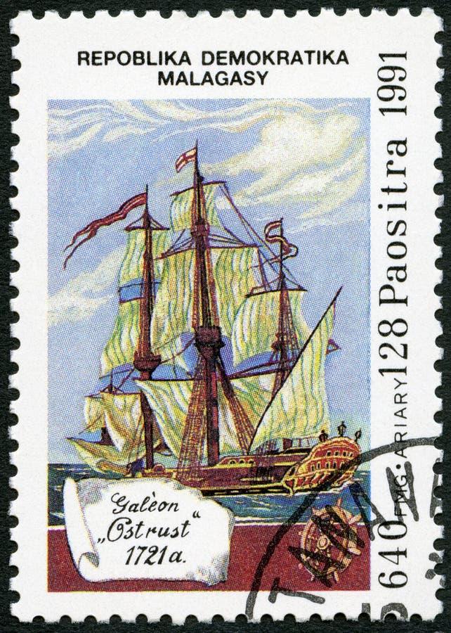 REPÚBLICA MALGAXE -1991: devotado ao 500th aniversário da descoberta de América, galeão Ostrust das mostras, 1721 fotos de stock