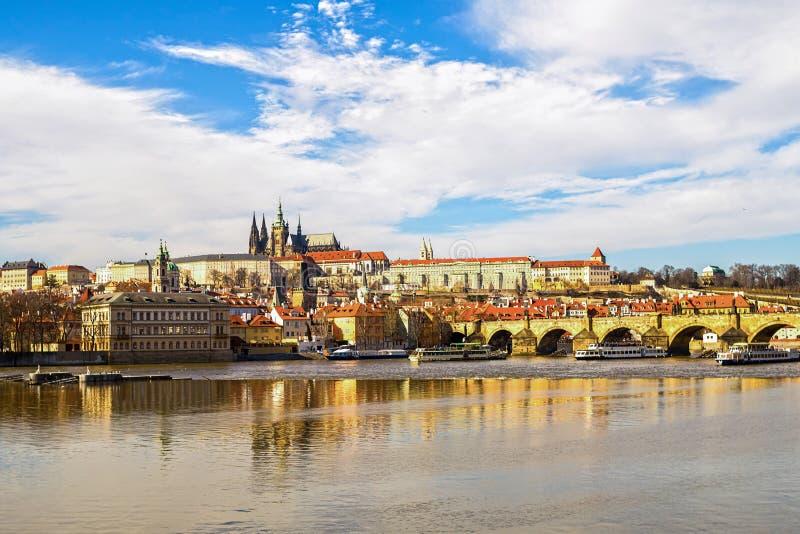 Rep?blica Checa Praga mar?o de 2017 Vistas do castelo de Praga da cidade velha da ponte de Karlov através do governo famoso do ri foto de stock royalty free