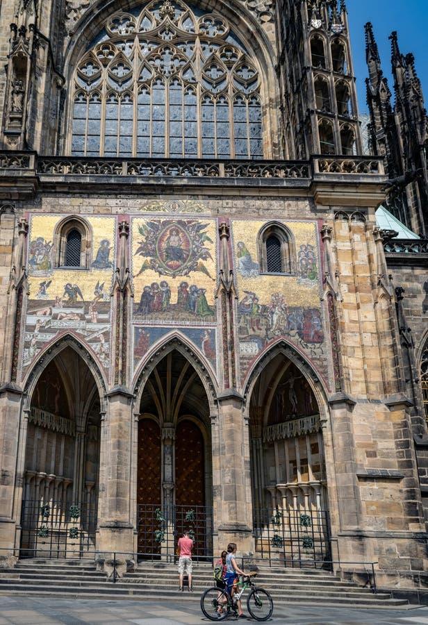 Rep?blica checa praga St Vitus Cathedral Estilo gótico, século XIV Golden Gate decorado com os mosaicos Venetian por Niccoletto fotografia de stock