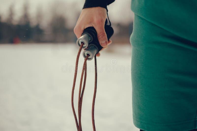 Rep för maninnehavbanhoppning på den kalla snöig dagen royaltyfria foton