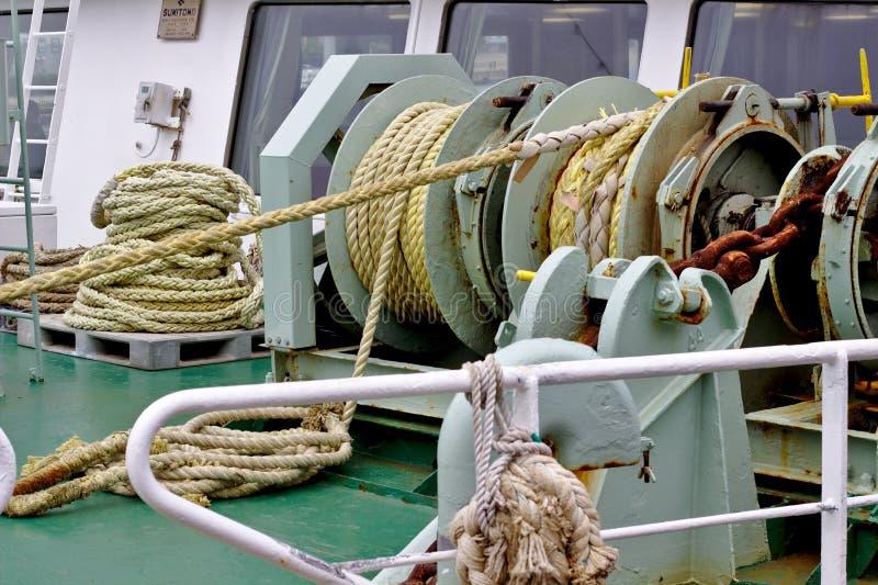 Rep på skeppet och en rostig kedja fotografering för bildbyråer