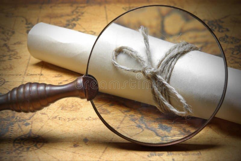 Rep slåget in slut för brunt papper upp under förstoringsglaset arkivbilder