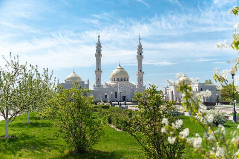 Rep van Rusland, Tatarstan - 05 11 2019, de Witte Moskee in Bolgar, vooraanzicht door bloeiende bomen royalty-vrije stock foto's
