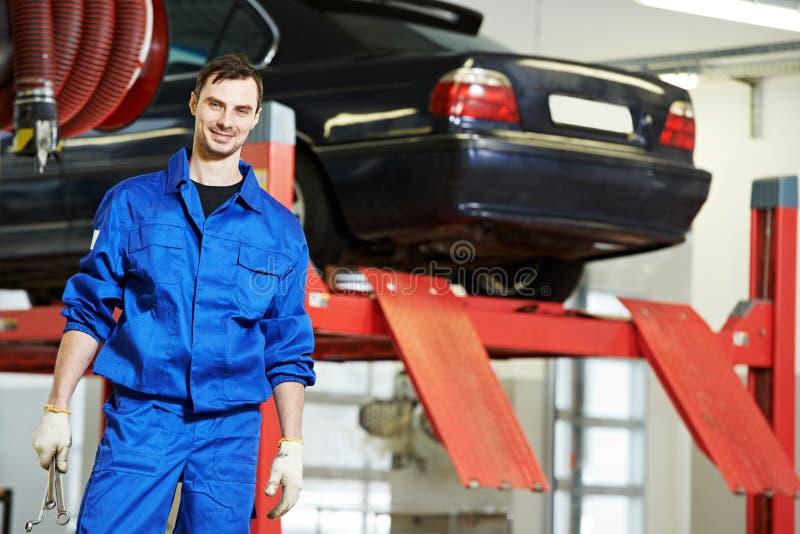 Repairman auto mechanik przy pracą zdjęcie stock