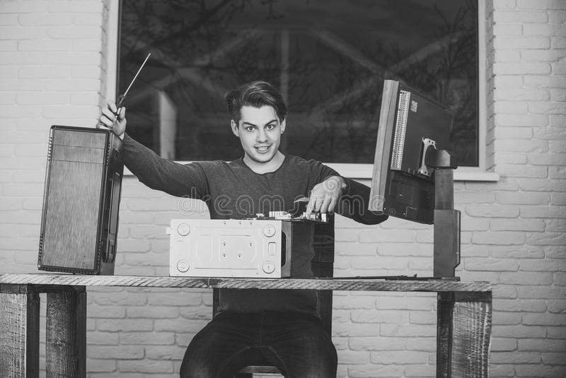 Repairman lub uśmiechnięty mężczyzna dylemata komputeru przyrząd obrazy royalty free