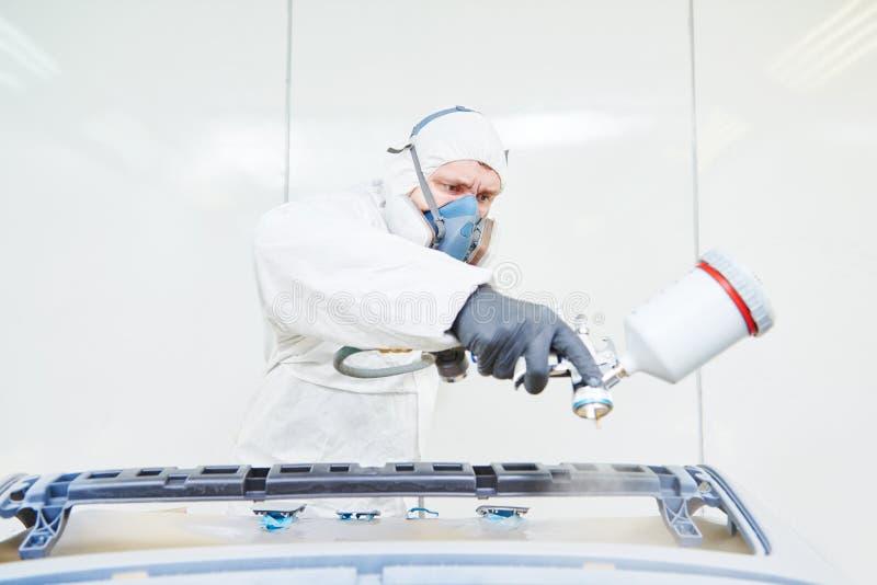 Repairman malarz w sala obrazu samochodu samochodu zderzaku obrazy stock