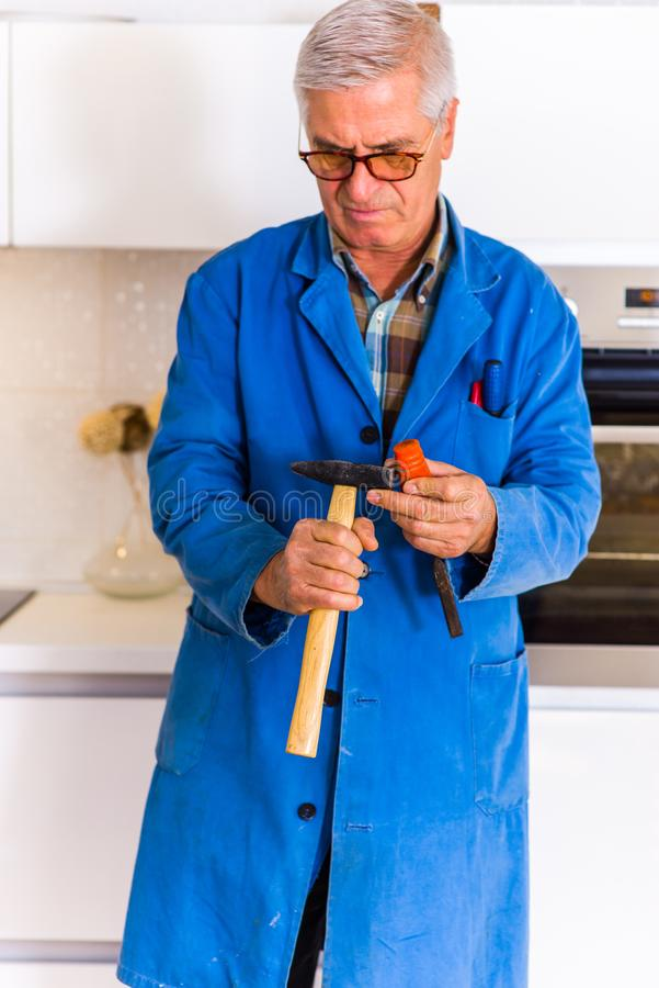 Repairman med hjälpmedel i köket arkivfoto