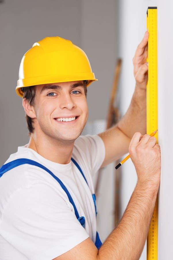 Repairman mierzy z budowniczego poziomem zdjęcia royalty free