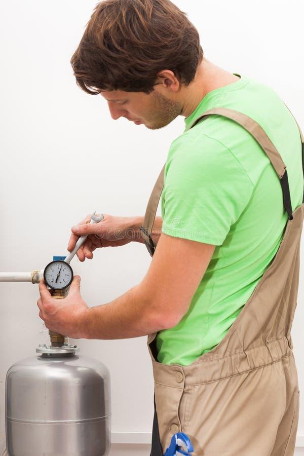 Repairman naprawiania klapy w domu obraz royalty free