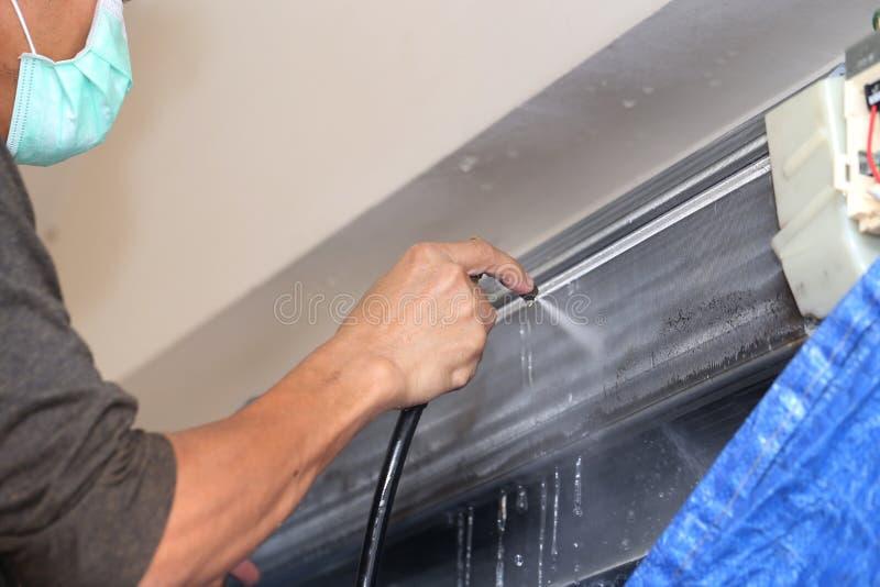 Repairman naprawianie i cleaning powietrza conditioner jednostka zdjęcie stock