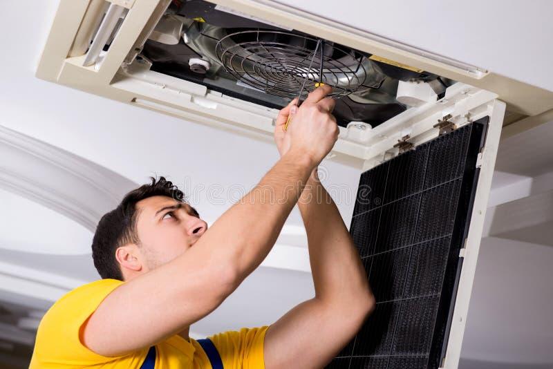 Repairman naprawianie stropuje powietrze uwarunkowywać jednostkę fotografia royalty free
