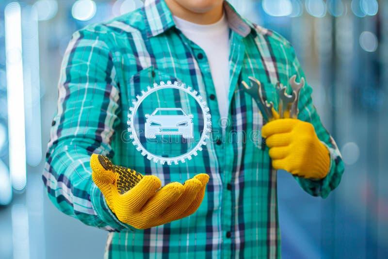 Repairman pokazuje samochód w przekładni zdjęcia stock