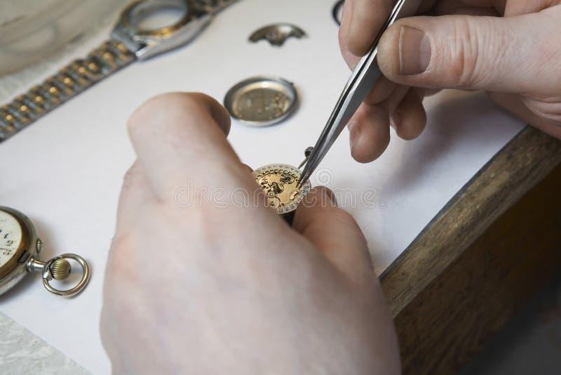 Repairman Pracuje Na zegarku zdjęcia royalty free