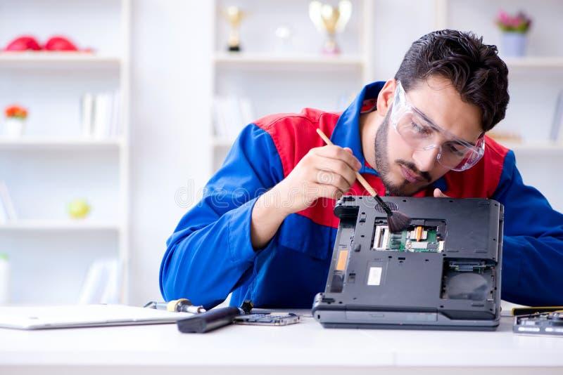 Repairman pracuje w pomocy technicznej naprawiania komputerowym laptopie tr zdjęcie royalty free