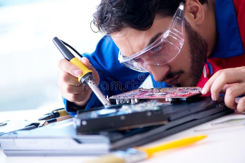 Repairman pracuje w pomocy technicznej naprawiania komputerowym laptopie tr obrazy royalty free