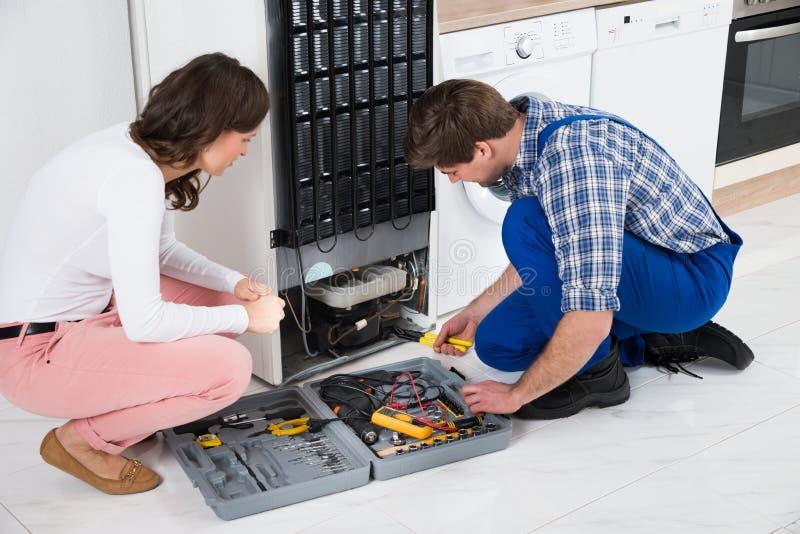Repairman Repairing Refrigerator arkivfoton