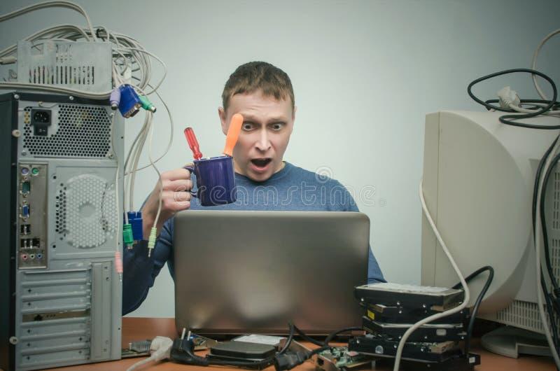 Repairman som arbetar på bärbar datordatoren fotografering för bildbyråer