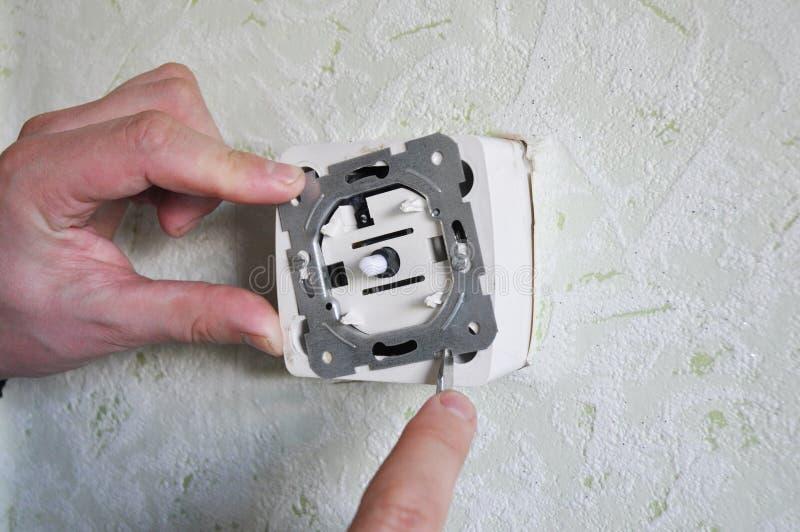 Repairman som hemma installerar dunklare strömbrytare fotografering för bildbyråer