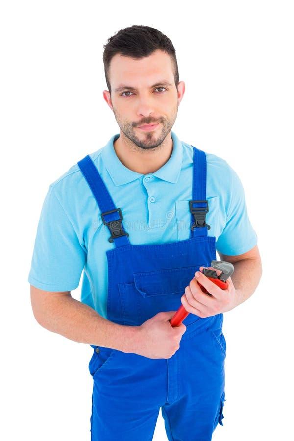 Repairman som rymmer den justerbara skiftnyckeln fotografering för bildbyråer