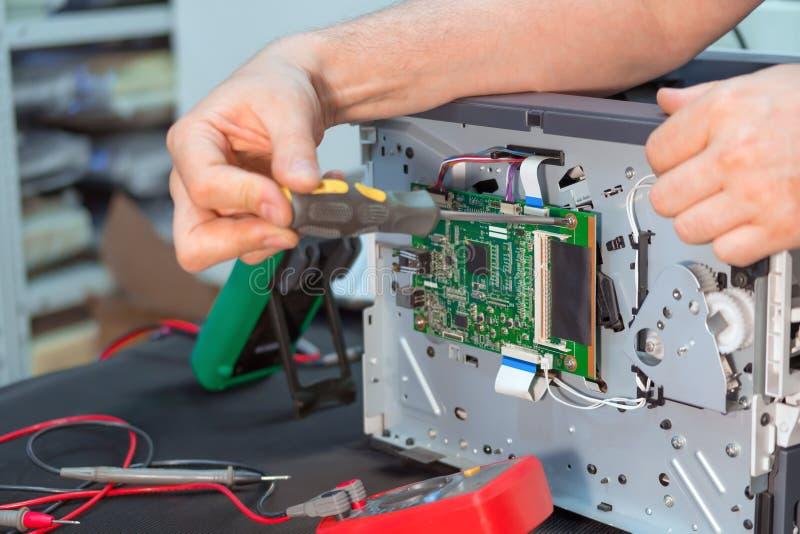 Repairman specjalista naprawia drukarkę laserową w usłudze obrazy stock