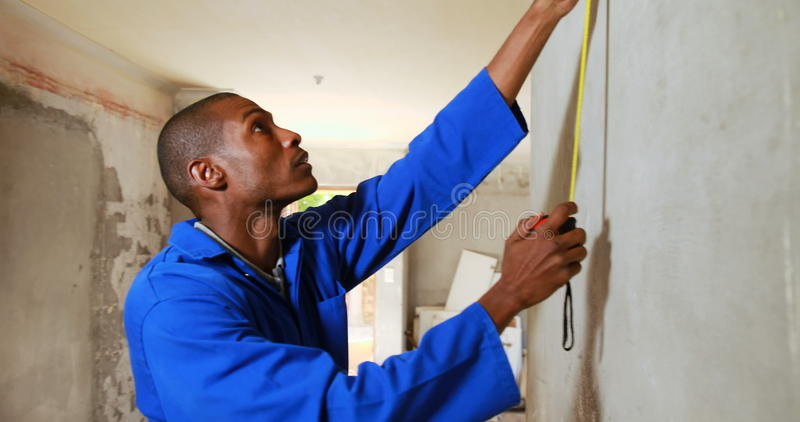 Repairman używa pomiarowej taśmy zbiory wideo